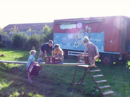 Das Spielmobil des Kinderschutzbundes lockt regelmäßig zahlreiche Kinder und deren Eltern an, zum Beispiel im Park hinter der Stadthalle in Memmingen.